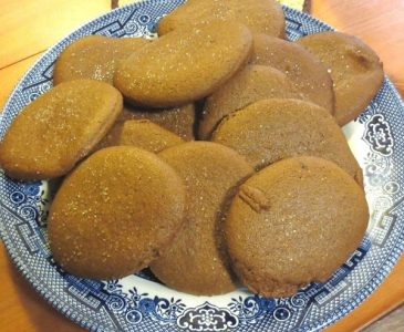 einkorn molasses cookies on a blue willow plate